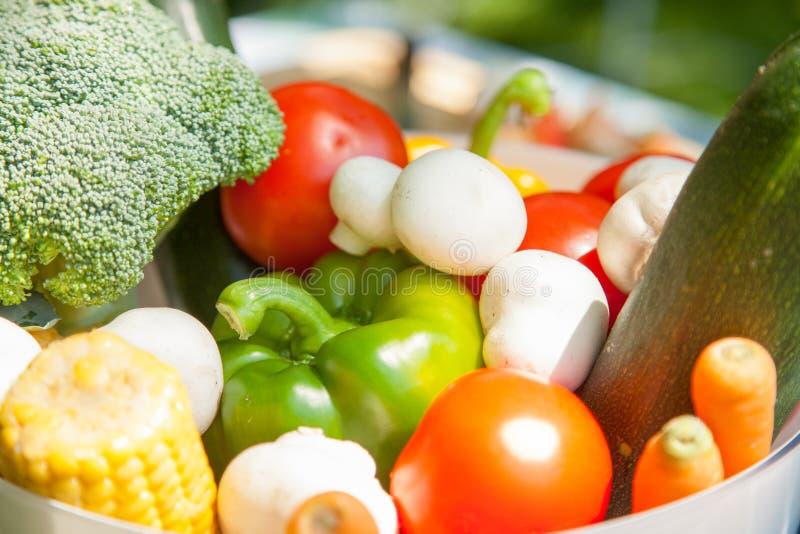 Rauwe groenten in een kom royalty-vrije stock afbeelding