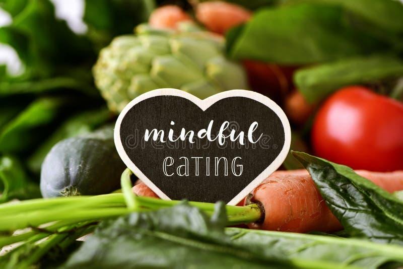 Rauwe groenten en tekst het bedachtzame eten