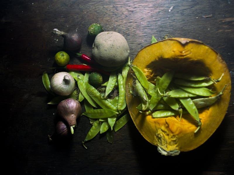 Rauwe groenten met knoflook en ui en bonen stock afbeeldingen