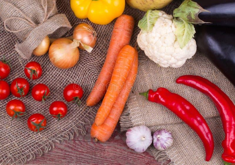 Rauwe groenten op een houten lijst stock foto
