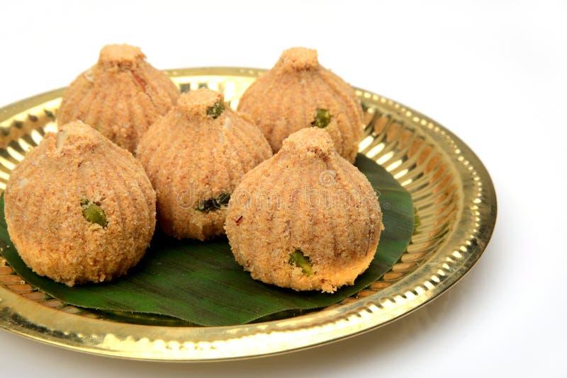 Rava en droge vruchten Modak, een traditioneel snoepje van Maharashtrian stock afbeeldingen