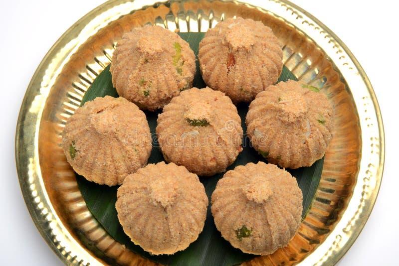 Rava en droge vruchten Modak, een traditioneel snoepje van Maharashtrian stock afbeelding