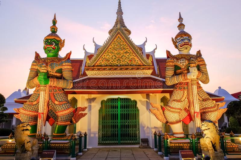 Ravana, and Luckily the plight The two giant statues that stand. The two giant statues that stand, guarding the front door, the amount the Crown shape. Wat Arun stock photography