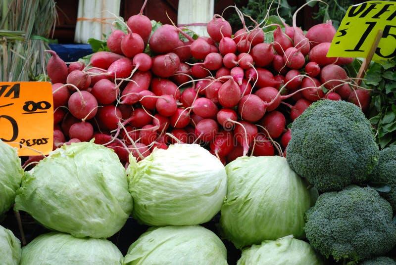 Ravanelli e lattughe nel mercato agricolo fotografia stock
