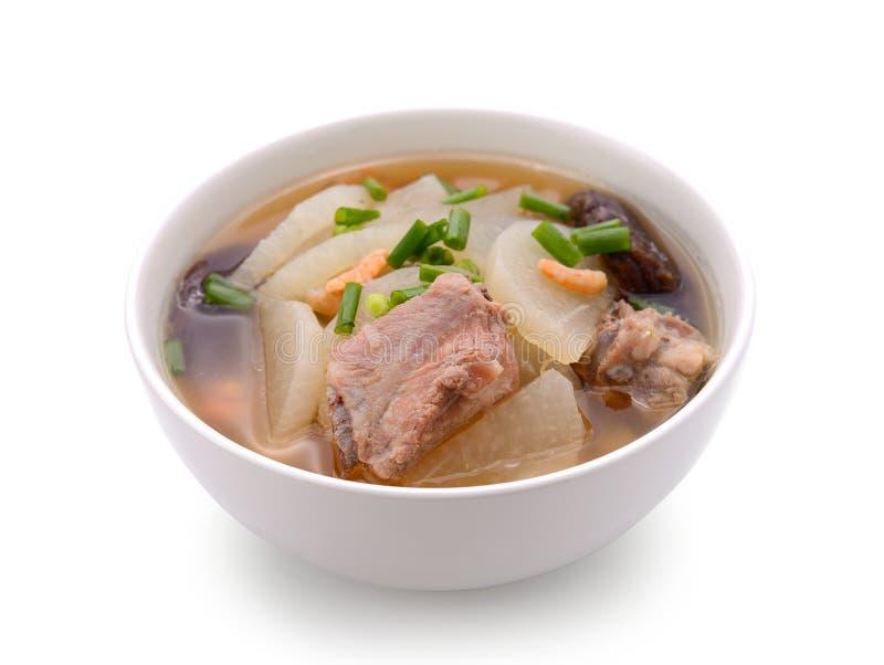 Ravanello della minestra con il servire della carne di maiale sulla ciotola fotografia stock