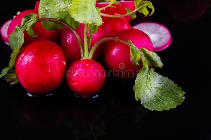 Ravanello fresco rosso su di legno fotografie stock
