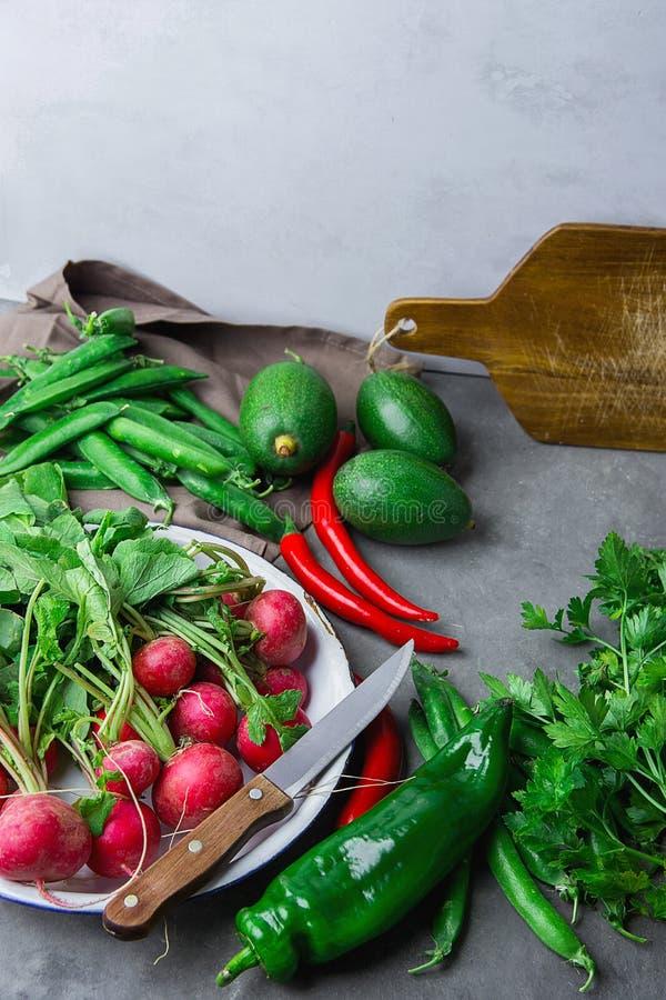 Ravanello rosso delle erbe organiche fresche delle verdure in capsico Chili Peppers caldo dei piselli del prezzemolo degli avocad fotografie stock