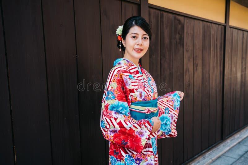 Raveler con la condizione del kimono nella città nel Giappone fotografia stock