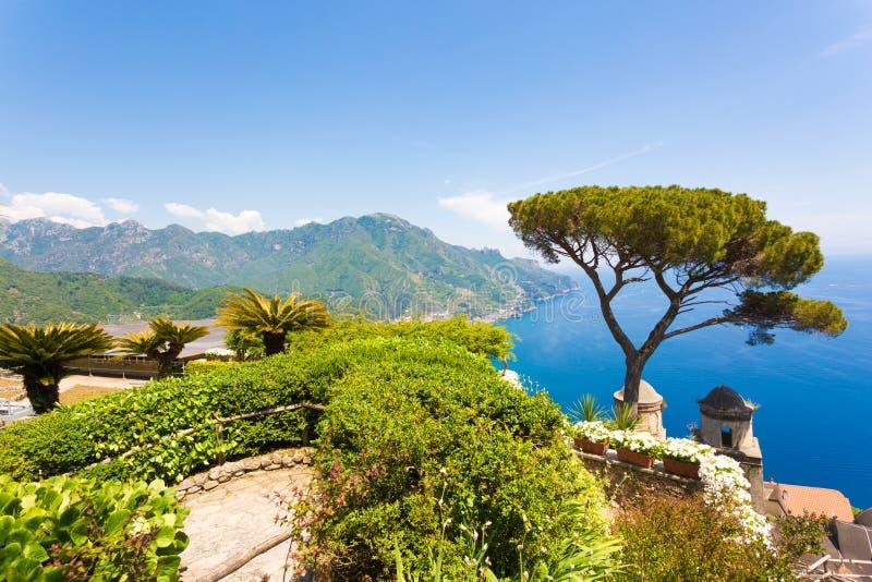 Ravello, терраса над морем, цветки стоковые изображения