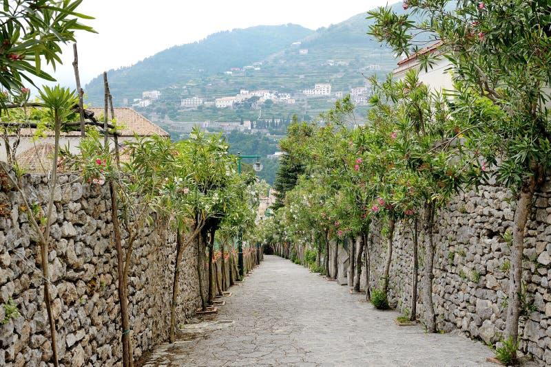 Ravello Amalfi kust, Italien - pittoresk sikt av ett flyg av moment arkivfoto