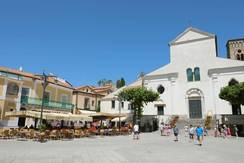 RAVELLO, ITÁLIA - 2 DE JULHO DE 2018: os turistas apreciam a atmosfera do quadrado de Piazza Duomo de Ravello, costa de Amalfi, I imagens de stock