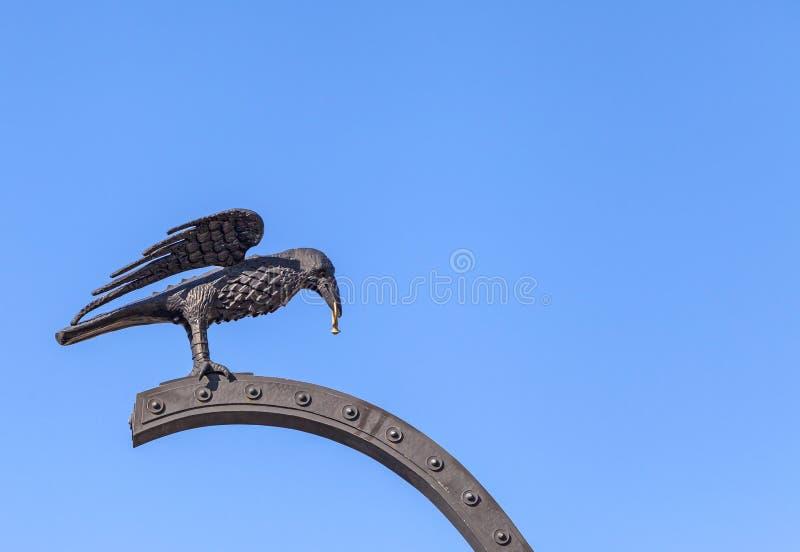 Raven che porta un anello di oro vicino a Royal Palace di Budapest immagini stock libere da diritti