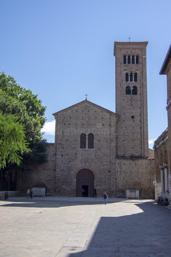 Ravenna/ITALIEN - Juni 20, 2018: Basilika av San Francesco, härlig italiensk kyrka med det höga tornet royaltyfri foto