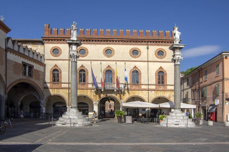 Ravenna/ITALIEN - Juni 20, 2018: Byggande av stadshaaen p? den Popolo fyrkanten H?rlig solig sommardag under touristic s?song royaltyfri foto