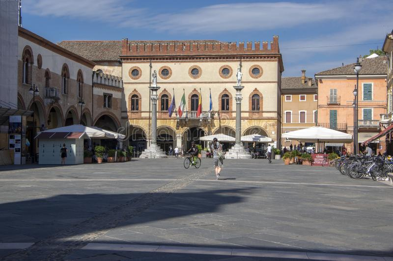 Ravenna/ITALIEN - Juni 20, 2018: Byggande av stadshaaen p? den Popolo fyrkanten H?rlig solig sommardag under touristic s?song arkivfoto