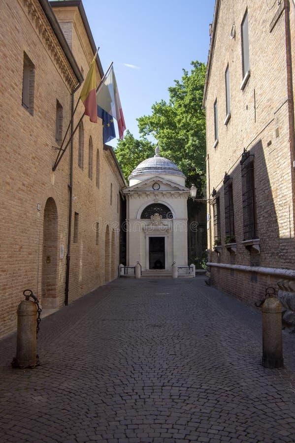 Ravenna/ITALIEN - Juni 20, 2018: Dante Alighieri gravvalv som d?ljas p? slutet av den smala italienska gatan royaltyfria foton