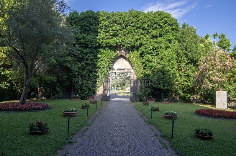 Ravenna/ITALIEN - Juni 20, 2018: Kyrka av San Giovanni Evangelista, härlig kyrka med den gröna porten fotografering för bildbyråer