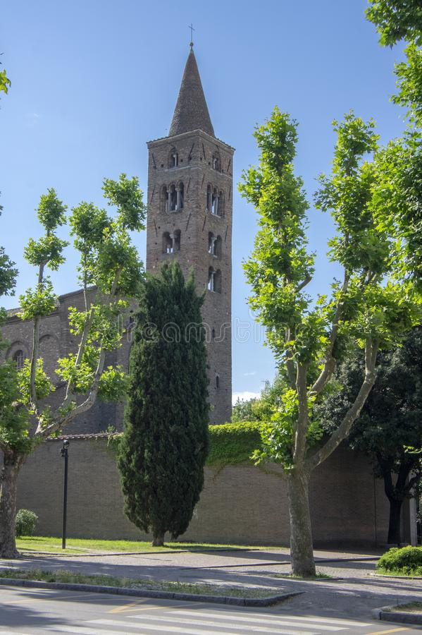 Ravenna/ITALIEN - Juni 20, 2018: Kyrka av San Giovanni Evangelista, härlig kyrka som omges med grönska, med tornet royaltyfri fotografi