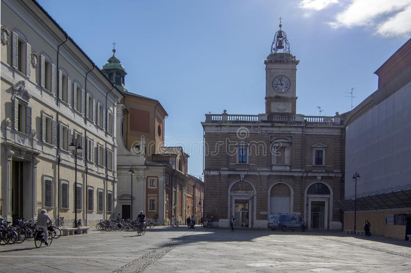 Ravenna/ITALIEN - Juni 20, 2018: Piazza del Popolo med klockatornet, härlig sommardag royaltyfri bild