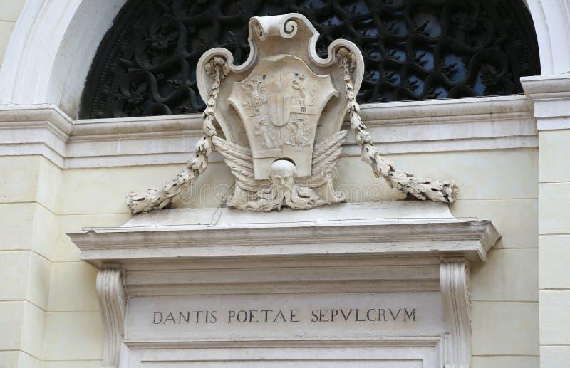 Ravenna, Ra, Italië - Juni 5, 2016: Inschrijving in Latijn wat het graf van de dichter Dante bedoelt stock afbeelding