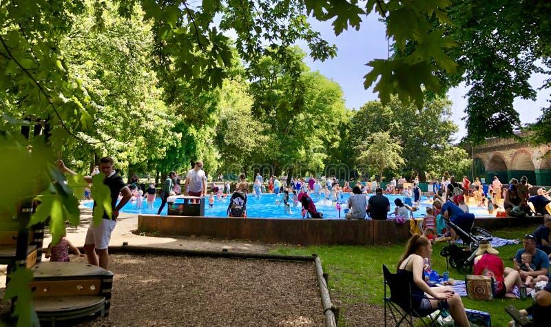 Ravenscourtpark, paddelende pool, Londen royalty-vrije stock afbeeldingen