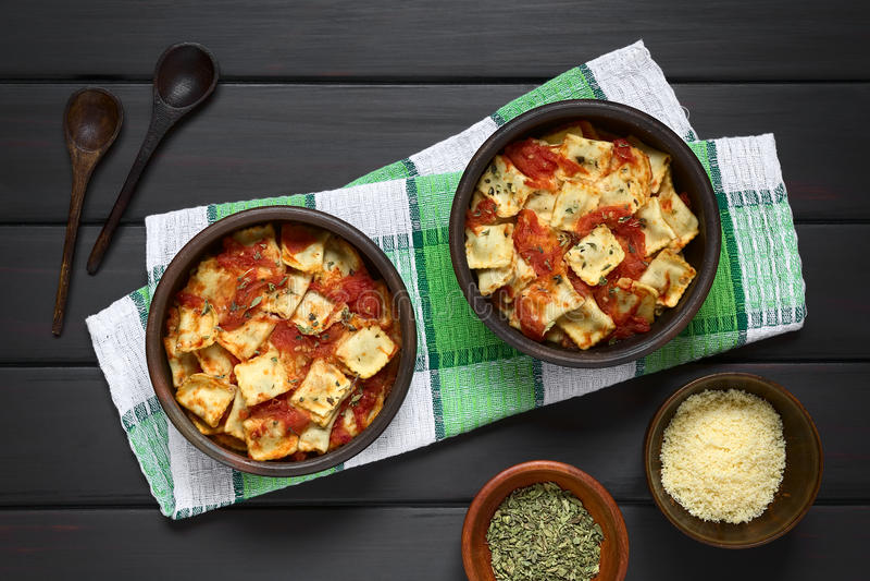 Ravioli al forno con salsa al pomodoro fotografie stock libere da diritti