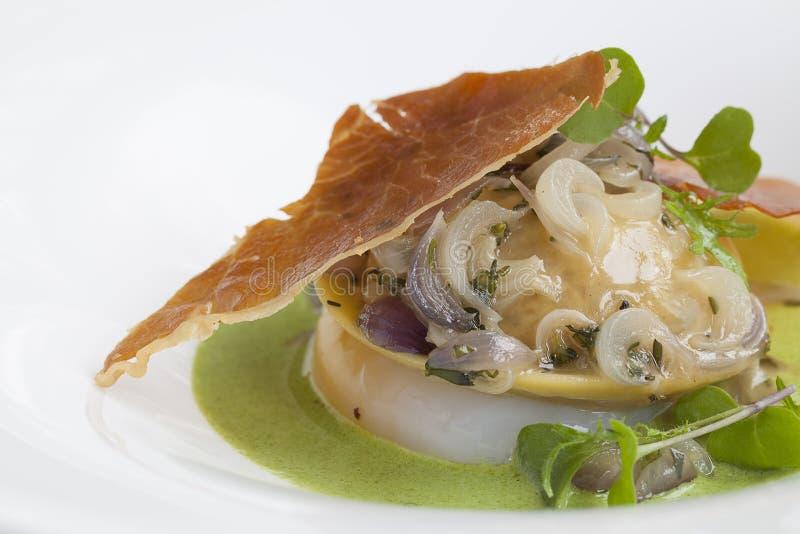 Ravioli, angefüllt mit Pilzen und Käse lizenzfreie stockbilder