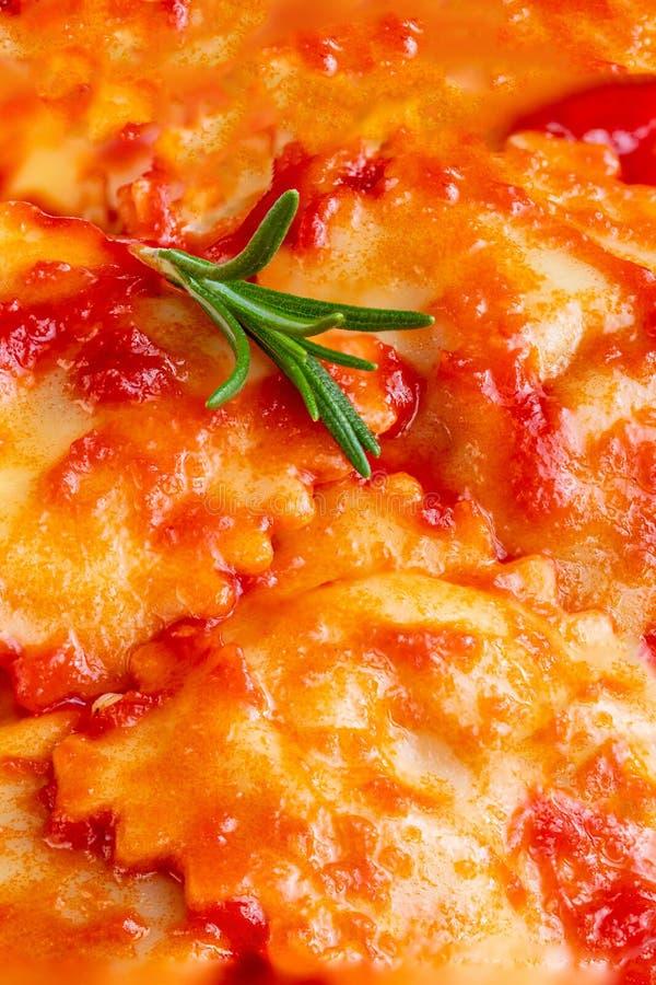 Ravioli Backround Lagade mat Raviolli med tomats?s Top besk?dar fotografering för bildbyråer