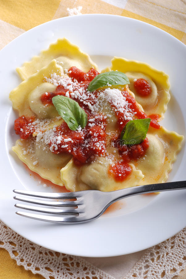 Ravioli bourrés de la sauce tomate image stock