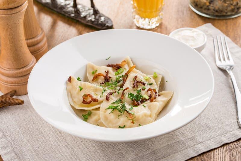 Ravioli bourr?s des ?pinards et du ricotta avec la nourriture d'Italien de fromage sur la table en bois image stock