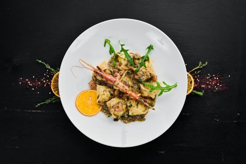 Ravioli com camarão e marisco Culin?ria italiana dumplings Em uma placa em um fundo de madeira fotos de stock