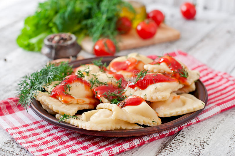 Ravioli com molho de tomate e aneto fotos de stock