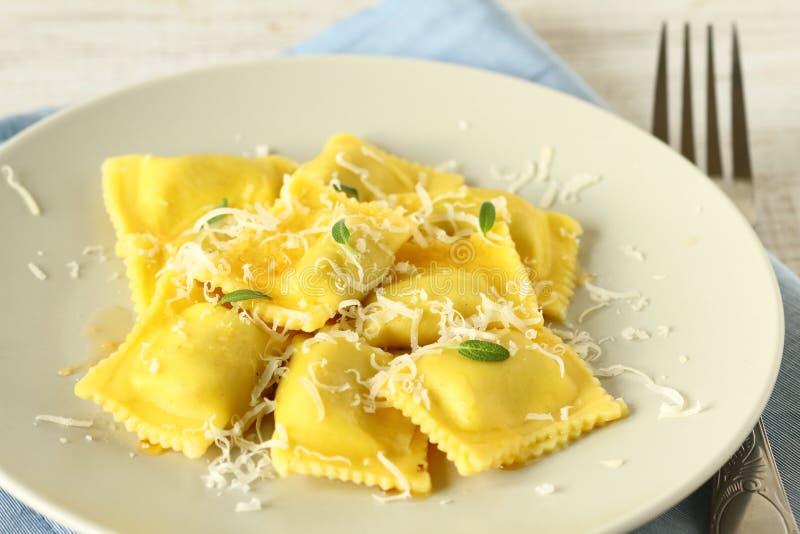 Ravioli com queijo parmesão imagem de stock royalty free