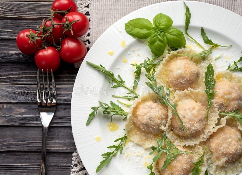 Ravioli con il salmone e la ricotta, su un piatto con il rukota, basilico, fotografia stock libera da diritti