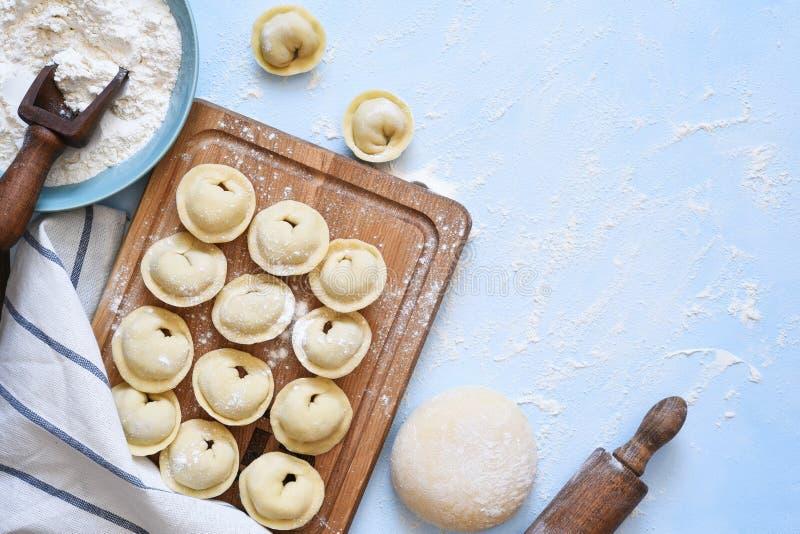 Ravioli con proceso de cocina en la mesa de la cocina Ver desde arriba fotos de archivo libres de regalías