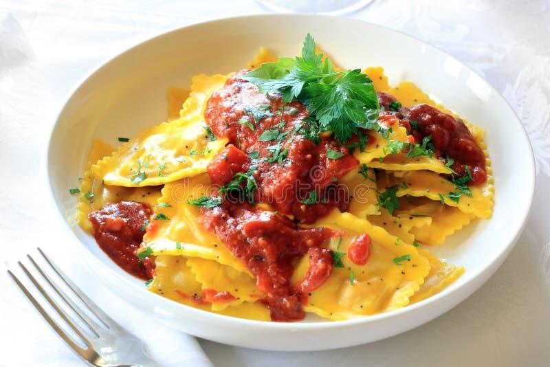 Ravioli con salsa bolognese immagini stock libere da diritti