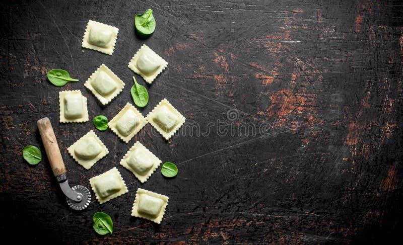 Ravioli cru com verdes fotografia de stock