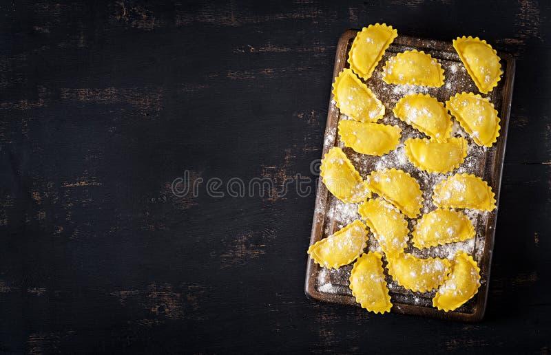 Ravioli crus sur la table Cuisine italienne Vue supérieure photographie stock libre de droits