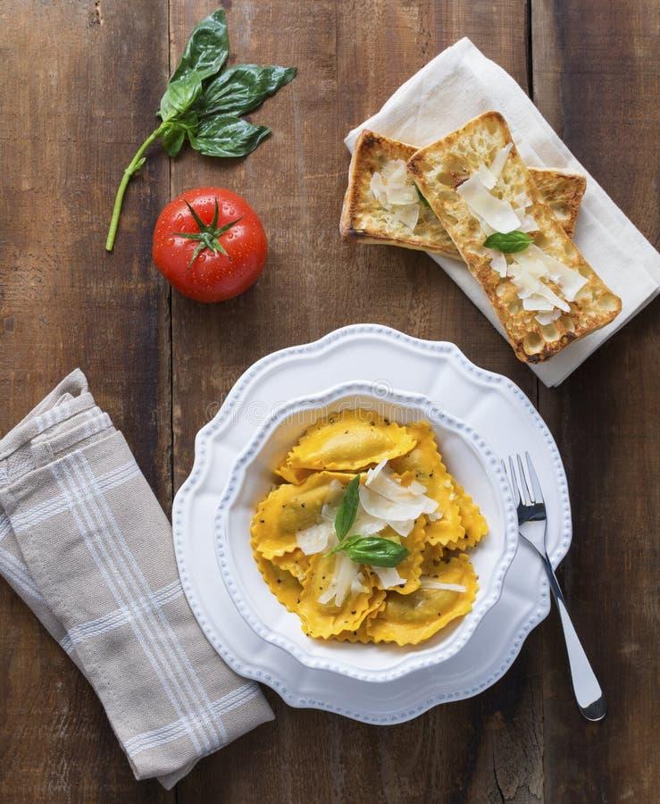 Ravioli de Mezzaluna da polpa de Butternut com Crustini foto de stock