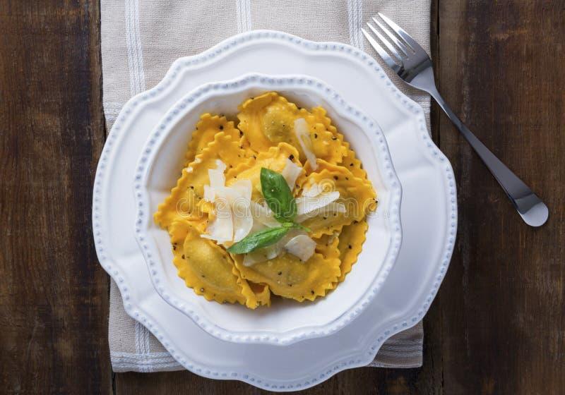 Ravioli de Mezzaluna de courge de Butternut images stock