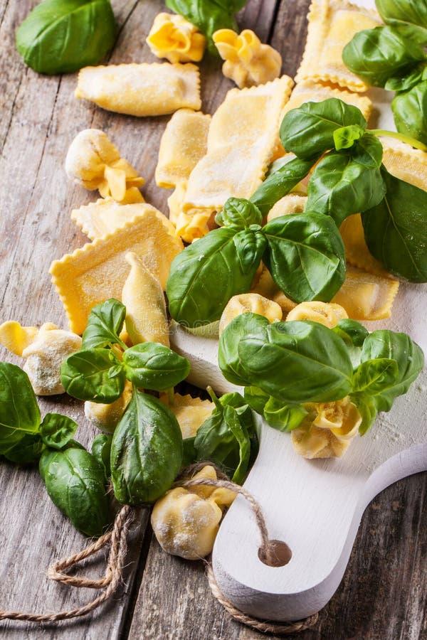 Ravioli della pasta con basilico fotografia stock
