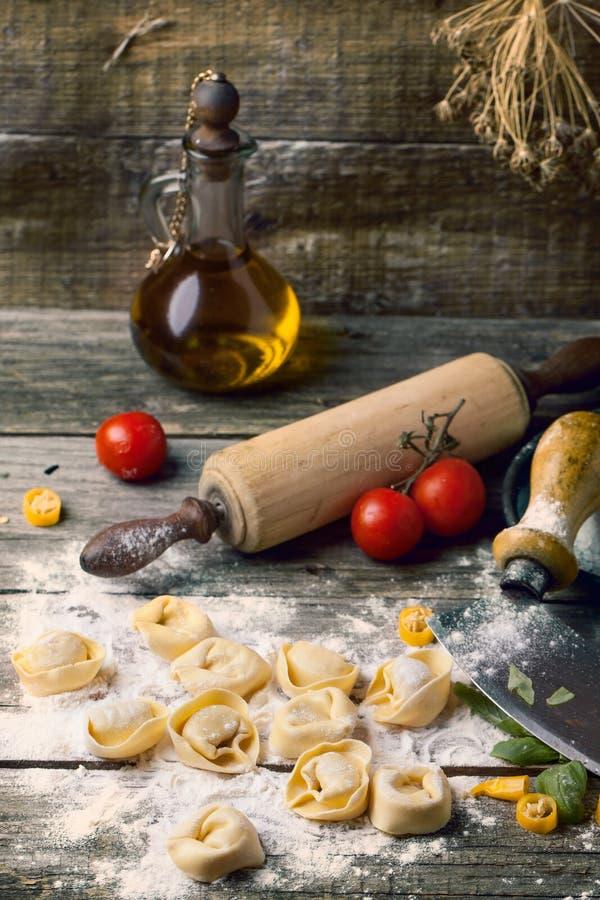 Ravioli della pasta su farina immagini stock libere da diritti
