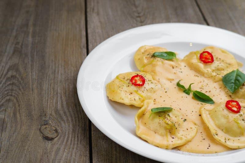 Ravioli e salsa besciamella italiani, spazio della copia fotografie stock