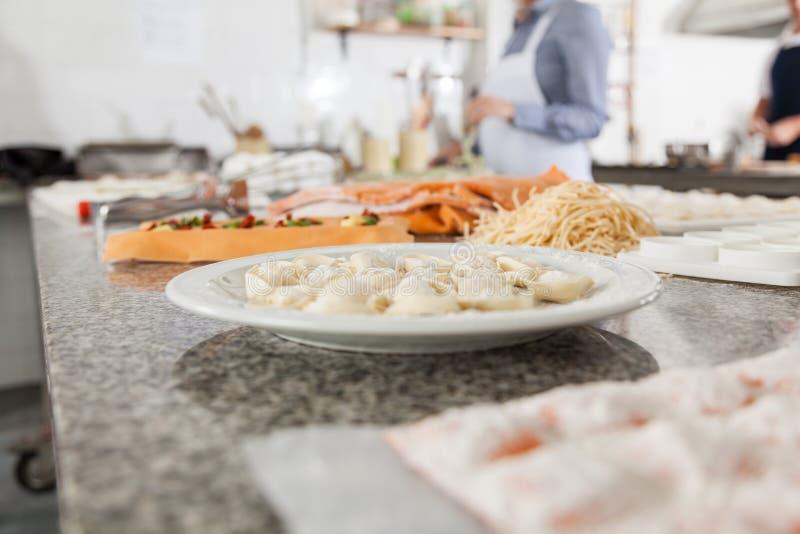 Ravioli en Spaghettideegwaren bij Commerciële Keuken stock afbeeldingen