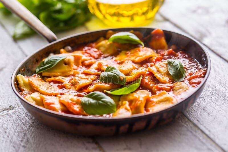 Ravioli italiani o mediterranei della pasta dell'alimento di salsa al pomodoro immagini stock libere da diritti