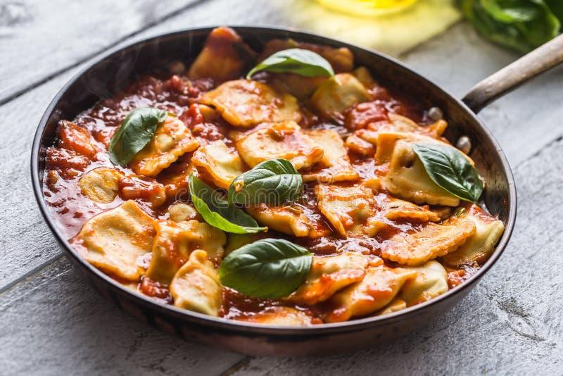 Ravioli italiens ou méditerranéens de pâtes de nourriture de la sauce tomate images stock