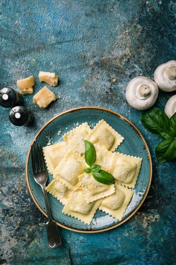 Ravioli med champinjoner och ost royaltyfria bilder