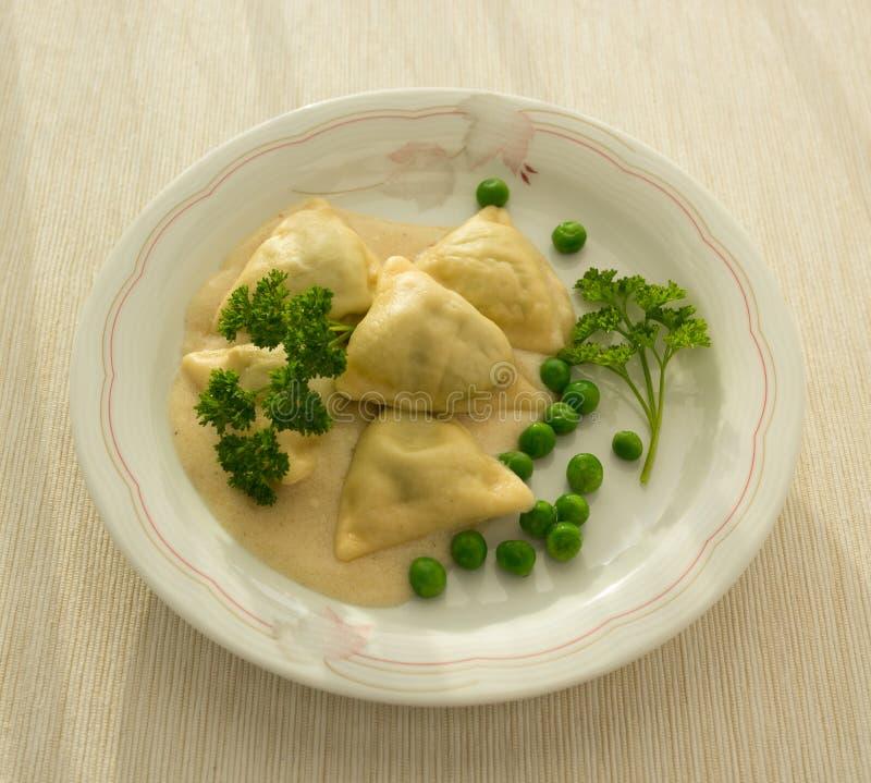 Ravioli med ostsås för gröna ärtor royaltyfri foto