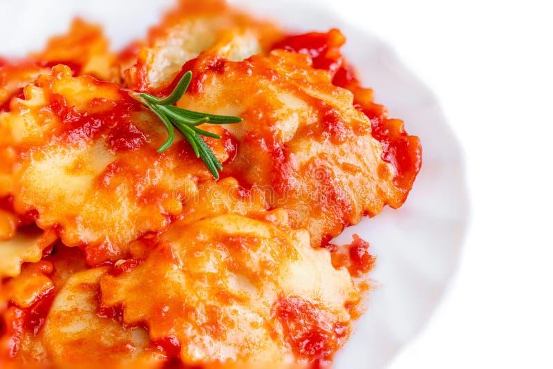 Ravioli med tomatsauceon en platta som isoleras på vit bakgrund Top besk?dar fotografering för bildbyråer