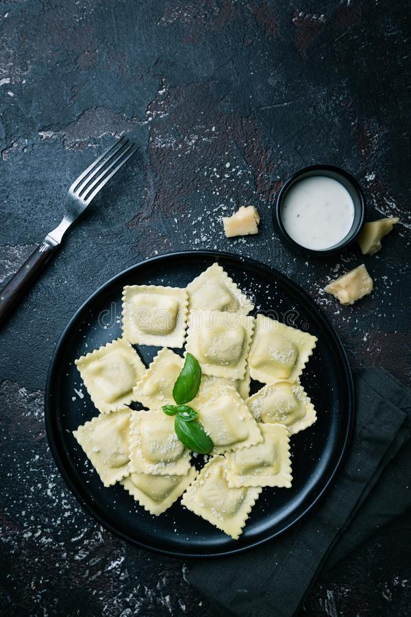 Ravioli met paddestoelen en kaas stock afbeeldingen
